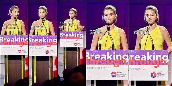 """○ Selena à été vu arrivant au Gala """" Lupus Research Challenge """" à New York. Le 20 / 11 / 2017.  J'aime beaucoup sa tenue, sa robe estrès belle. Je lui donne un Top et Vous ,"""