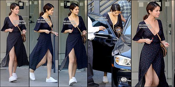 """○ Selena quittant """" Aaron Brothers Art & Frasing """" à Los Angeles. Le 01 / 02 / 2018. J'aime beaucoup sa tenue, elle est simple mais sa lui va bien. Je lui donne un Top et vous ?"""