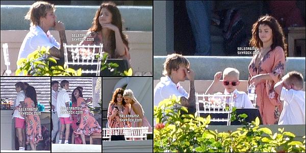 """○ Selena est Justin ont été vu à l'hôtel """" Montego Bay """" en Jamaîque. Le 19 / 02 / 2018.  J'aime bien sont maillot il est simple mais jolie. Je lui donne un Top et Vous ?"""