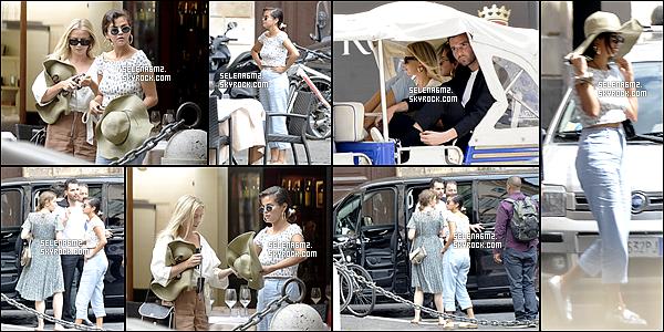 ○ Selena et des amis dans les rues de Rome, Italie. Le 19 / 06 / 2018. J'aime beaucoup sa tenue, elle est simple mais sa lui va bien. Je lui donne un Top et Vous ?