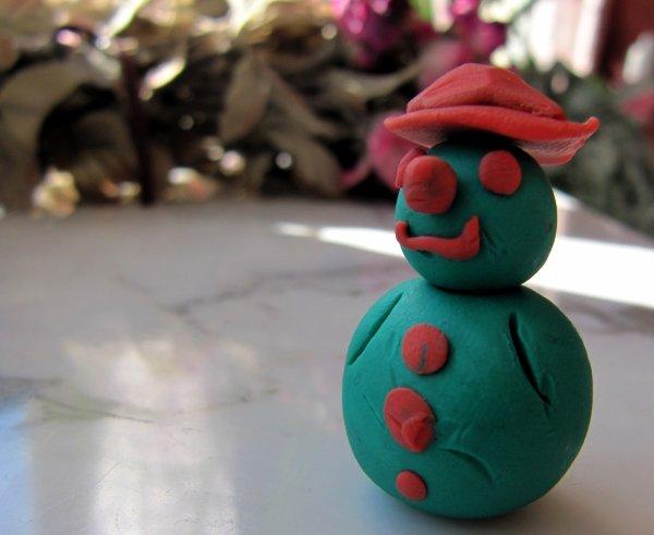Comme je m'ennuyais, j'ai fabriqué un petit bonhomme en pâte à modeler, Monsieur Gros-nez :)