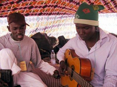 Des Jeunes rappeurs de GAO unis qui ont décidé d'aller de l'avant dans la lutte contre l'injustice sociale et politique ainsi que les maux qui freinent le développement du nord Mali,en utilisant le rap pour véhiculer leur message, un rap plutôt nouveau genre, le Takambarap !