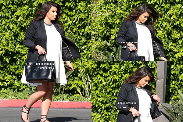 . 30 Mai 2013 ▬ Kim et son garde du corps ont étés vus allant au super marché, à Los Angeles.  .