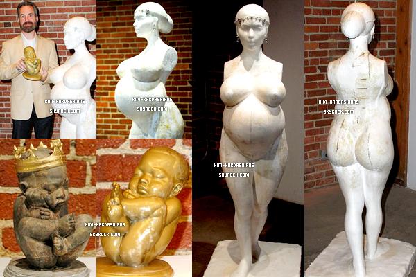 . 5 Juin 2013 ▬ Une statue a été crée par Daniel Edwards de Kim nue et de deux petits bébé. .