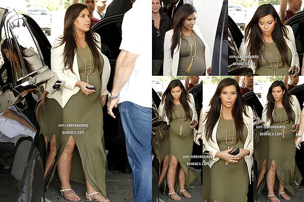 .  11/06/13 : Kim a été vu sur le tournage de «Keeping Up With the Kardashians» à Malibu, en Californie.   Le lendemain matin, donc le mercredi 12/03 Kim a été vu avec son meilleur ami Jonathan Cheban allant déjeuner à Los Angeles. .