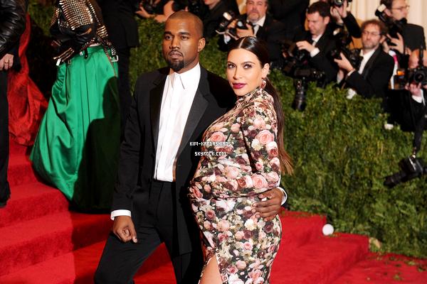 . Kim a accouche, donc Kanye et Kim sont de heureux parents d'une petite fille !  .