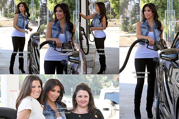 .  10/10/2009  :  Notre Ravissante Kim a été vu mettant de l'essence dans sa voiture à Calabasas, en Californie.  Kim est très jolie,j'aime beaucoup sa veste en jeans et son slim et aussi ses bottes,pour moi c'est un top pour cette sortie. top ou un flop ? .