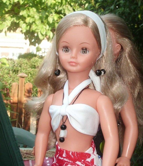 Jolie tenue de plage pour Cathie...