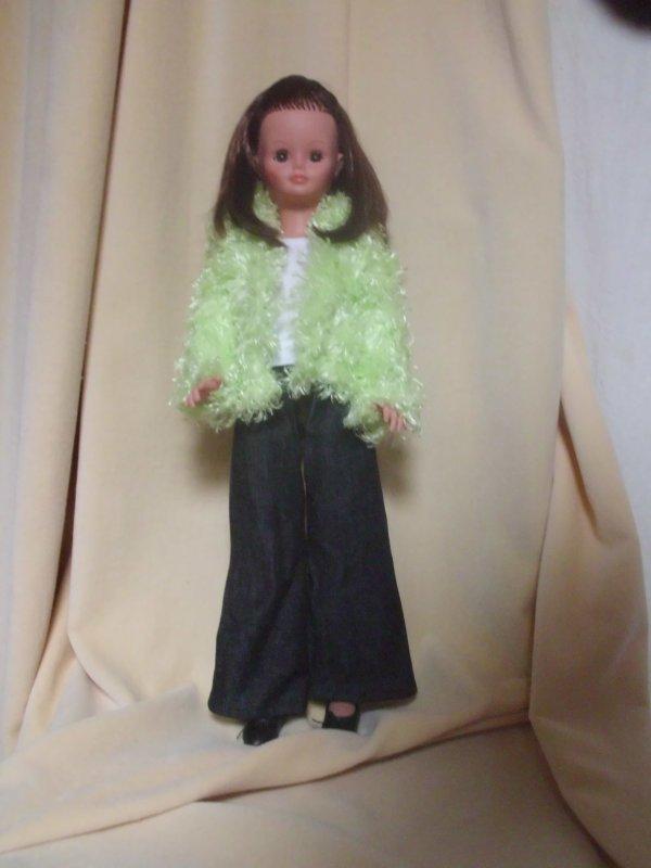 Cathie avec le pantalon et les chaussures de Prune et veste faite maison.