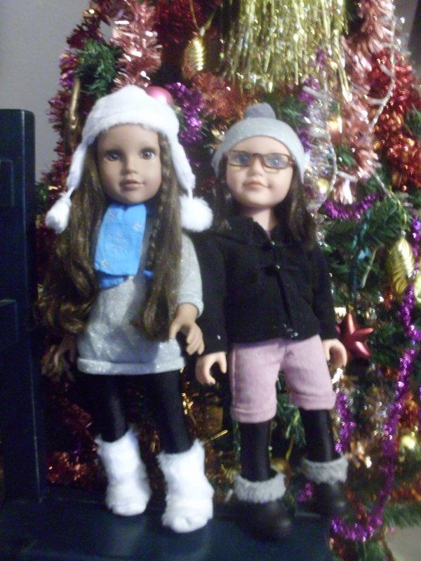 Kyla et Dana devant l' arbre de Noel...