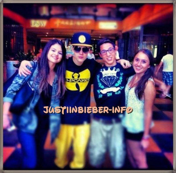 Voici une photo de Justin et Selena et des fans à Los Angeles ( le 2 Octobre)
