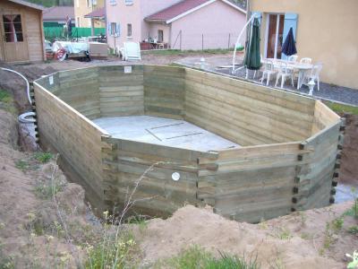 Fin de l 39 empilage construction d 39 une piscine bois maeva for Piscine bois piveteau