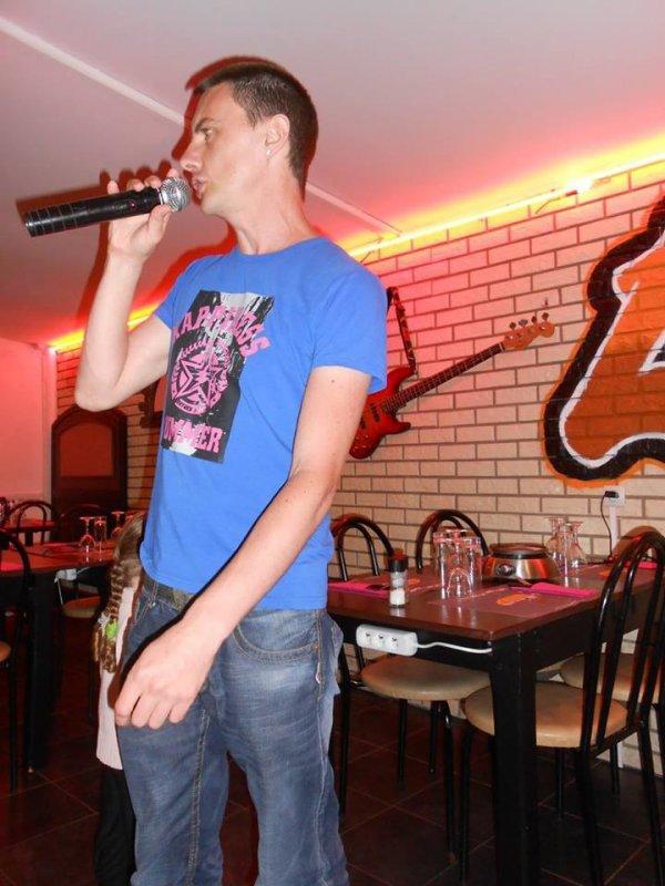 mc chante au restaurant le grill