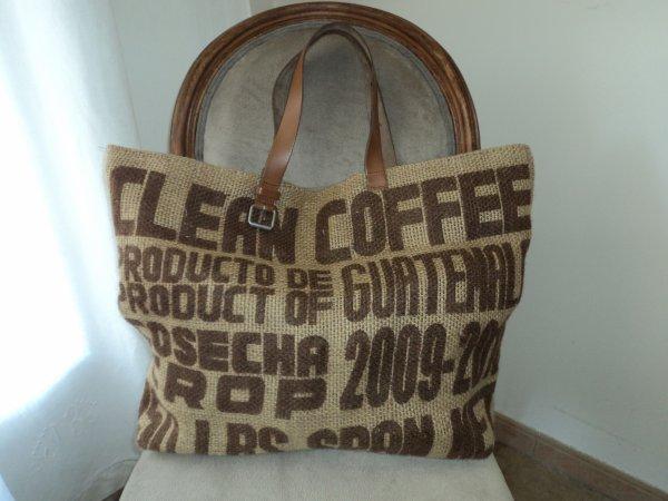 Voici le sac en toile de jute avec les poignée en cuir