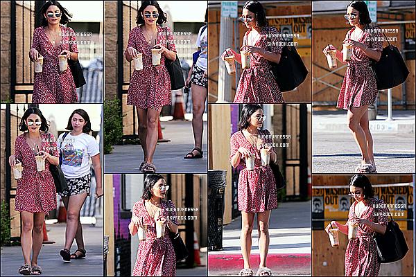 * 21/07/17 : Vanessa H. a été repérée lorsqu'elle quittait le « Alfred Coffee & Kitchen », situé dans Studio City. Vanessa était toute belle. Je suis fan de la robe qu'elle porte, par contre ses chaussons sont horribles et ne vont pas du tout avec la tenue. Un Top !  *