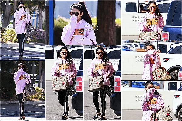 * 29/03/17 : Vanessa a été aperçue lorsqu'elle quittait le magasin «  Wildflora » - qui se trouve dans Studio City. Plus tard, Vanessa a été vue arrivant au Alfred Coffee & Kitchen, toujours dans Studio City. Vanessa est jolie. J'aime sa tenue - Un Top pour moi !  *