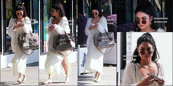 * 26/03/17 : Vanessa Hudgens a été aperçue arrivant puis quittant le « American Rag Cie » dans Los Angeles. Vanessa est belle. J'aime bien sa coiffure et ses lunettes de soleil. La tenue qu'elle porte est jolie je trouve. J'aime trop son sac aussi. Top pour moi.  *