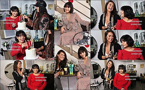 * 18/12/17 :    Vanessa s'est rendue à l'événement « Holiday Hair » - qui avait lieu au salon de coiffure Nine Zero One. Vanessa s'est donc fait coiffer par une professionnelle. Sa nouvelle coiffure est très jolie. J'aime bien aussi la tenue qu'elle porte - C'est un Top pour moi !  *