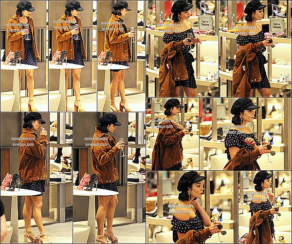 * 06/06/17 : Vanessa H. a été repérée alors qu'elle était dans le magasin « Neiman Marcus » dans Beverly Hills . Vanessa Hudgens était belle. J'aime bien la tenue qu'elle porte. Son manteau est joli et la couleur lui va bien je trouve. C'est donc un Top pour moi.  *