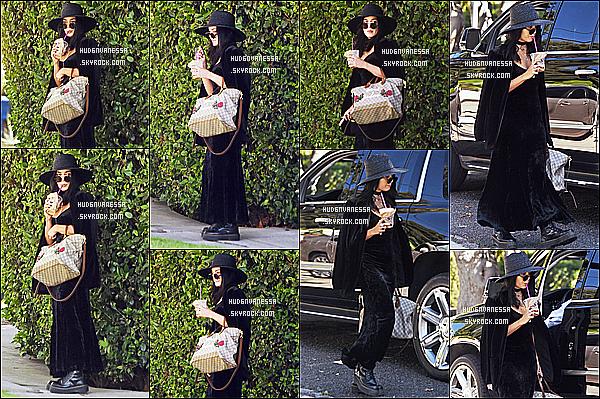 * '•-12/09/19-' : Vanessa Hudgens a été photographiée quand elle quittait sa maison se trouvant dans les rues de Los Feliz. Vanessa est superbe. J'aime bien la tenue qu'elle porte. Son chapeau et les lunettes lui vont bien aussi. Son sac est joli. Un Top pour moi. *