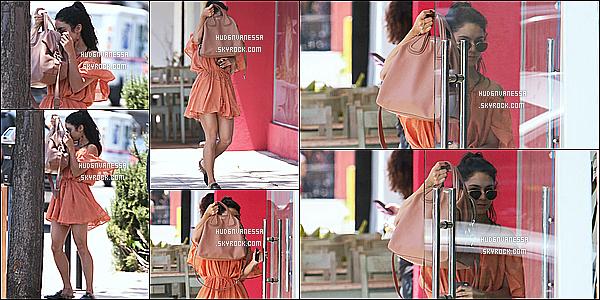 * 11/05/17 : Vanessa a été vue arrivant puis quittant la boutique « The Now Massage » située dans Studio City. Vanessa est toute belle. Ses lunettes de soleil sont superbes. J'aime beaucoup sa tenue, la couleur lui va bien je trouve. C'est donc un Top pour moi  *