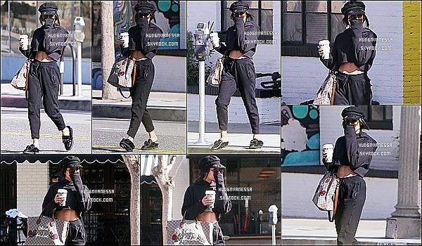 * 27/03/17 : Vanessa a été repérée alors qu'elle quittait la salle de sport « Wundabar Pilates » dans Studio City. Plus tard, Vanessa a été vue quittant le Alfred Coffee & Kitchen toujours dans Studio City. J'aime bien sa tenue même si elle est sombre. Donc Top  *