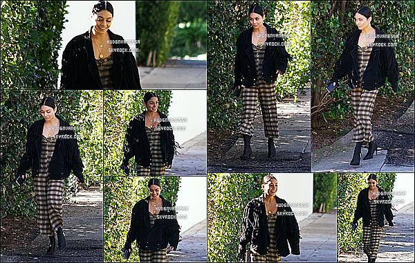 * 09/12/18 :    Vanessa Hudgens a été aperçue, alors qu'elle se promenait dans les rues de Los Angeles, en Californie. Vanessa était très belle et souriante. J'aime bien la tenue qu'elle porte, ce style lui va bien je trouve. Sa veste est jolie également. C'est un Top pour moi !  *