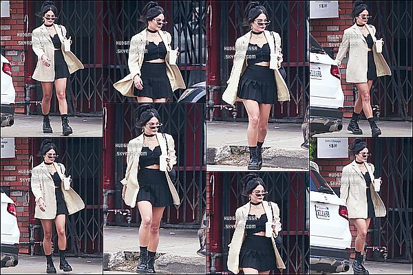 * '•-15/09/19-' : La belle Vanessa a été aperçue lorsqu'elle quittait son café préféré « Blue Bottle » - se trouvant à Los Feliz. Vanessa est très jolie. Je suis  complètement fan de la tenue qu'elle porte. Son manteau beige est sympa aussi. Je lui donne donc un Top. *