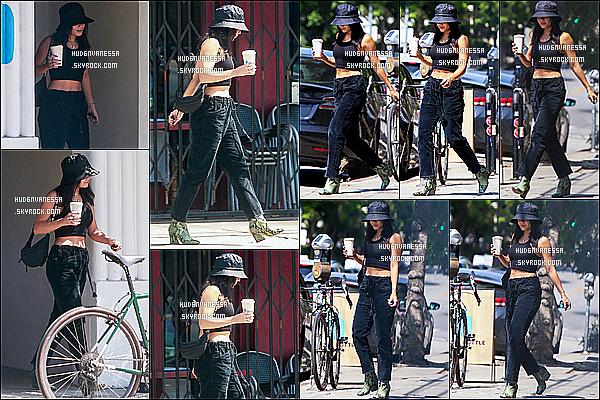 * '•-11/09/19-' : Vanessa H. a été aperçue alors qu'elle quittait le café « Blue Bottle » qui se situe dans les rues de Los Feliz. Vanessa H. est toute belle mais c'est dommage qu'elle se cache avec sa casquette. La tenue qu'elle porte est jolie je trouve. Top pour moi *