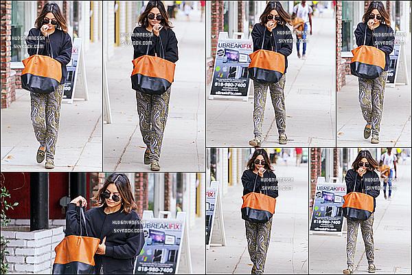 * 26/08/16 : Vanessa H. s'est rendue à la salle de sport « Wundabar Pilates » - qui se trouve dans Studio City. Vanessa Hudgens est très jolie. J'aime beaucoup la tenue qu'elle porte. Son sac et ses lunettes de soleil sont superbes aussi. C'est  un Top pour moi.  *