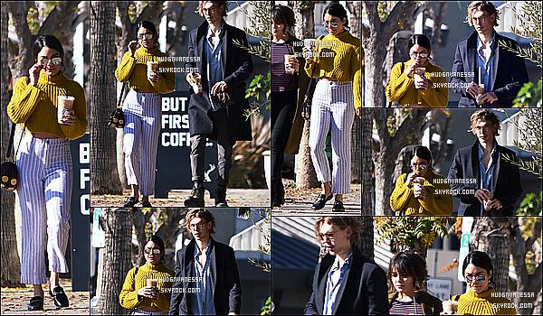 * 01/01/17 : Vanessa H. a été aperçue arrivant, puis quittant le « Alfred Coffee & Kitchen » - dans Studio City. Vanessa est toute belle. Elle était accompagnée de sa soeur Stella et de son copain Austin. Je suis vraiment fan de la tenue qu'elle porte. Donc Top.  *