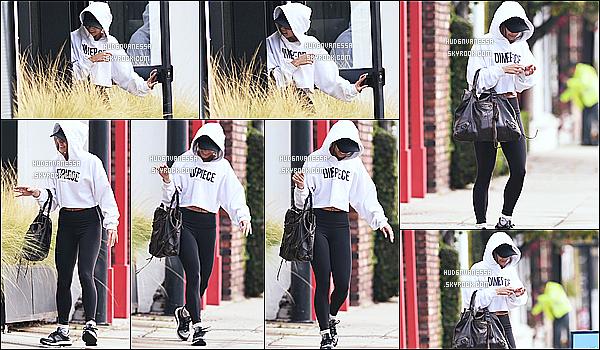* 02/02/17 : Vanessa Hudgens a été repérée lorsqu'elle quittait une salle de sport qui se situe dans Studio City. Dommage que Vanessa H. se cachait derrière sa capuche. Sinon j'aime beaucoup sa tenue de sport, c'est simple mais joli. Je lui donne donc un Top.  *