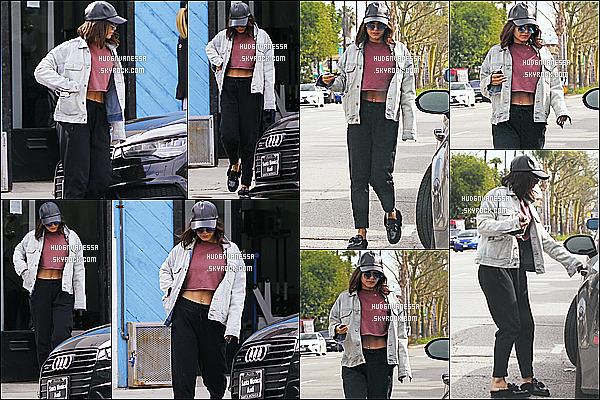 * 16/02/17 : Vanessa a été aperçue alors qu'elle quittait le « Alfred Coffee & Kitchen », se situant à Studio City. Vanessa est belle mais pas très souriante. Elle porte une tenue assez simple mais que j'aime bien. Sa casquette et ses lunettes sont superbes - Top.  *