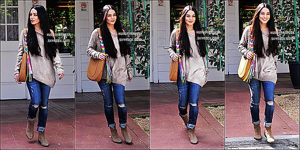 * 28/03/17 : Nessa Hudgens a été photographiée alors qu'elle quittait une réunion, dans les rues de Studio City. Dommage qu'il n'y ait pas beaucoup de photos mais Vanessa est ravissante. J'aime beaucoup la tenue qu'elle porte. Son sac est joli. C'est un Top !  *