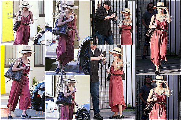 * 01/03/17 : Vanessa a été repérée lorsqu'elle quittait le « Alfred Coffee & Kitchen » qui se trouve à Studio City. Vanessa est belle, dommage que son visage soit un peu caché. Je trouve que le chapeau lui va bien. Je suis fan aussi de la tenue qu'elle porte. Top.  *