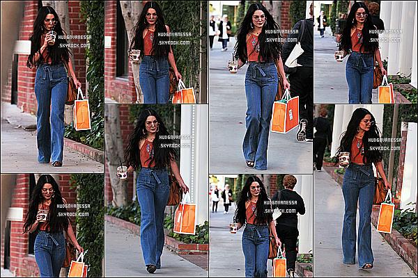 * 11/04/17 : Vanessa a été vue quand elle quittait la clinique « Kate Somerville Skin Care » dans Melrose Place. Vanessa Hudgens était très jolie, je trouve que les lunettes lui vont vraiment bien. J'aime beaucoup la tenue qu'elle porte. Je lui donne donc un Top.  *