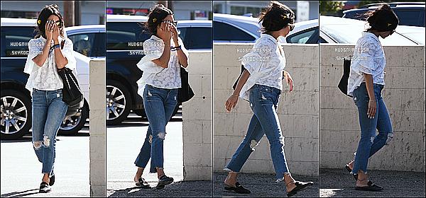 * 27/04/17 : Vanessa a été vue se rendant, puis quittant le « Alfred Coffee & Kitchen » - situé dans Studio City. Vanessa est jolie. C'est dommage qu'elle cache son visage sur certaines photos. Ses lunettes sont superbes. J'aime beaucoup sa tenue. Donc un Top  *