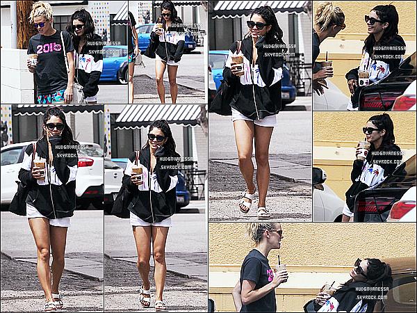 * 26/04/17 : Vanessa H. a été aperçue quand elle quittait le « Alfred Coffee & Kitchen », situé dans Studio City. Vanessa était accompagnée une nouvelle fois de son amie Laura New. Elle est très jolie. J'aime bien la tenue qu'elle porte - C'est un Top pour moi !  *