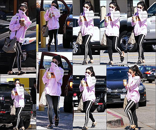 * 29/03/17 : Vanessa Hudgens a été aperçue quand elle quittait le « Alfred Coffee & Kitchen » - à Studio City. Vanessa est très belle. Elle porte la même tenue que précédemment vu que c'était la suite de sa journée. J'aime bien ses lunettes de soleil. Un Top.  *