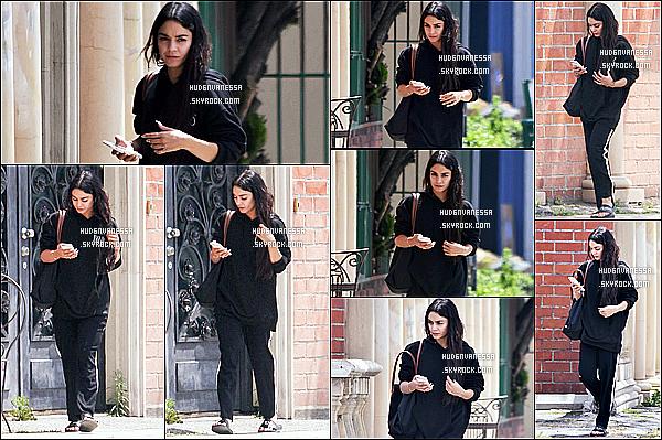 * 05/05/17 : Vanessa Hudgens a été repérée alors qu'elle quittait un studios, dans les rues de North Hollywood. Plus tard, Vanessa a été vue quittant la maison d'un de ses amis à Studio City. Vanessa est belle. J'aime bien sa tenue même si c'est sombre. Top.  *
