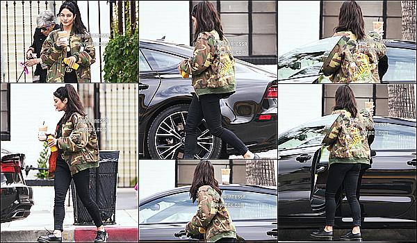 * 06/05/17 : Vanessa H. a été aperçue se rendant puis quittant le « Alfred Coffee & Kitchen » dans Studio City. Vanessa Hudgens est superbe. J'aime bien la tenue qu'elle porte, surtout sa veste militaire qui va bien avec le slim noir - Je lui donne donc un Top !  *