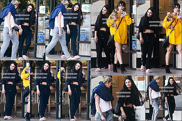* 25/04/17 : Vanessa a été vue se rendant puis quittant le salon de manucure  « AQ Nail Spa » - dans Studio City. Vanessa était accompagnée de sa soeur Stella et de son amie Laura New. Vanessa est belle. Elle porte une tenue basique mais j'aime bien. Un Top  *