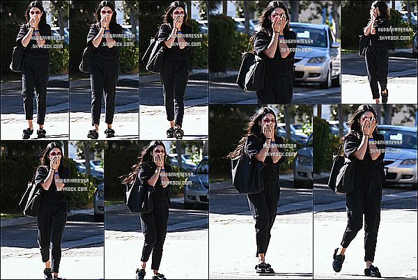 * 28/04/17 : Vanessa a été vue se rendant, puis quittant le « Alfred Coffee & Kitchen », se situant à Studio City. Vanessa était accompagnée de son amie Laura New. Elle est très belle. J'aime bien ses lunettes de soleil. La tenue qu'elle porte est superbe. Un Top  *