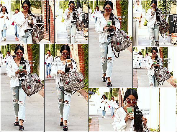* 15/05/17 : Vanessa H. a été aperçue alors qu'elle quittait le « Alfred Coffee & Kitchen » - dans Melrose Place. Vanessa était très jolie. Je suis fan de ses lunettes de soleil. J'aime beaucoup la tenue qu'elle porte, ainsi que son sac - C'est donc un Top pour moi !  *