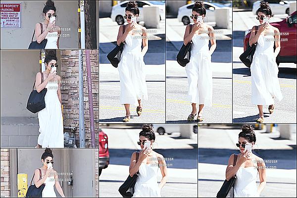 * 04/05/17 : Vanessa a été vue quand elle arrivait puis quittait le « Alfred Coffee & Kitchen » - dans Studio City. Vanessa est très jolie. J'aime bien son chignon. La tenue qu'elle porte est superbe et lui va bien je trouve. J'aime bien son sac aussi - Top pour moi !  *