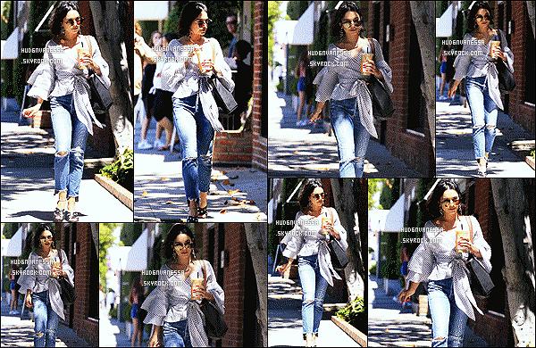 * 12/06/17 : Vanessa a été repérée, lorsqu'elle se rendait, à la clinique « Kate Somerville » - dans Melrose Place. Plus tard, elle a été vue se rendant à une agence toujours dans Melrose Place. Vanessa est superbe. J'aime trop ses lunettes, un Top pour sa tenue.  *