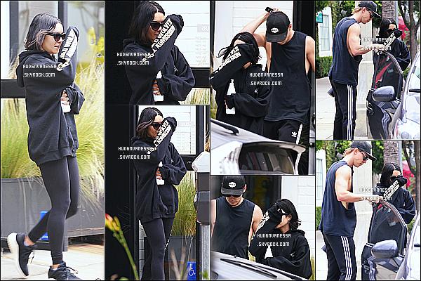 * 01/06/17 : Nessa Hudgens a été vue aperçue, lorsqu'elle quittait le magasin « Training Mate », à Studio City . Vanessa était accompagnée de son copain Austin. Vanessa se cache une fois de plus des paparazzis. Elle porte la même tenue. C'est encore un Top.  *