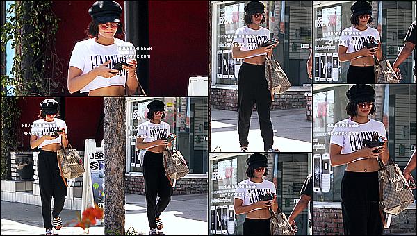 * 17/06/17 : Vanessa a été vue se rendant puis quittant la salle de sport « WundaBar Pilates », dans Studio City. Vanessa est belle. Sa casquette et ses lunettes de soleil sont jolis et lui vont bien. J'aime beaucoup la tenue qu'elle porte - Je lui mets donc un Top !  *