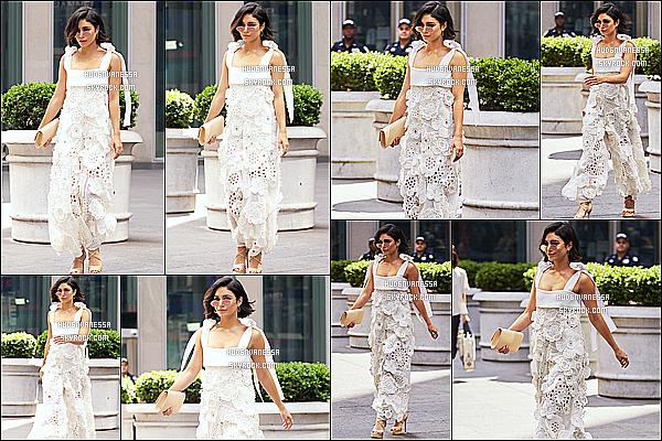 * 21/06/17 : Puis Vanessa a été vue arrivant, puis quittant les studios de « Fox News » - toujours dans New York. Vanessa est très jolie et souriante. Les lunettes de soleil qu'elle porte sont sympas. J'aime bien aussi sa tenue, ce style lui va bien je trouve. Un Top  *