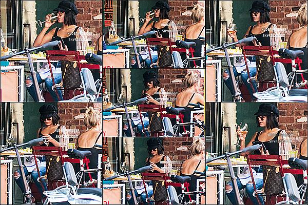 * 22/06/17 : Nessa a été vue déjeunant au restaurant « Il Buco Alimentari & Vineria » - dans East Village à NY. Vanessa déjeunait tranquillement sur la terrasse d'un restaurant. Vanessa est belle. De ce qu'on voit, sa tenue à l'air plutôt jolie. C'est donc un Top.  *